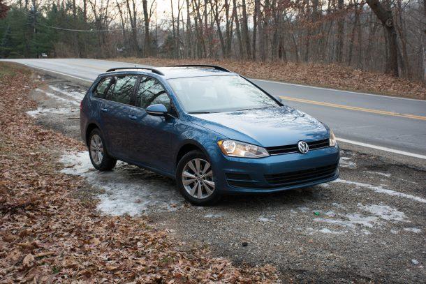 2017-Volkswagen-Golf-Sportwagen-4MOTION-Silk-Blue2-610x407