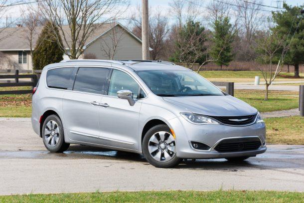 2018-Chrysler-Pacifica-Hybrid-front-quarter-610x407